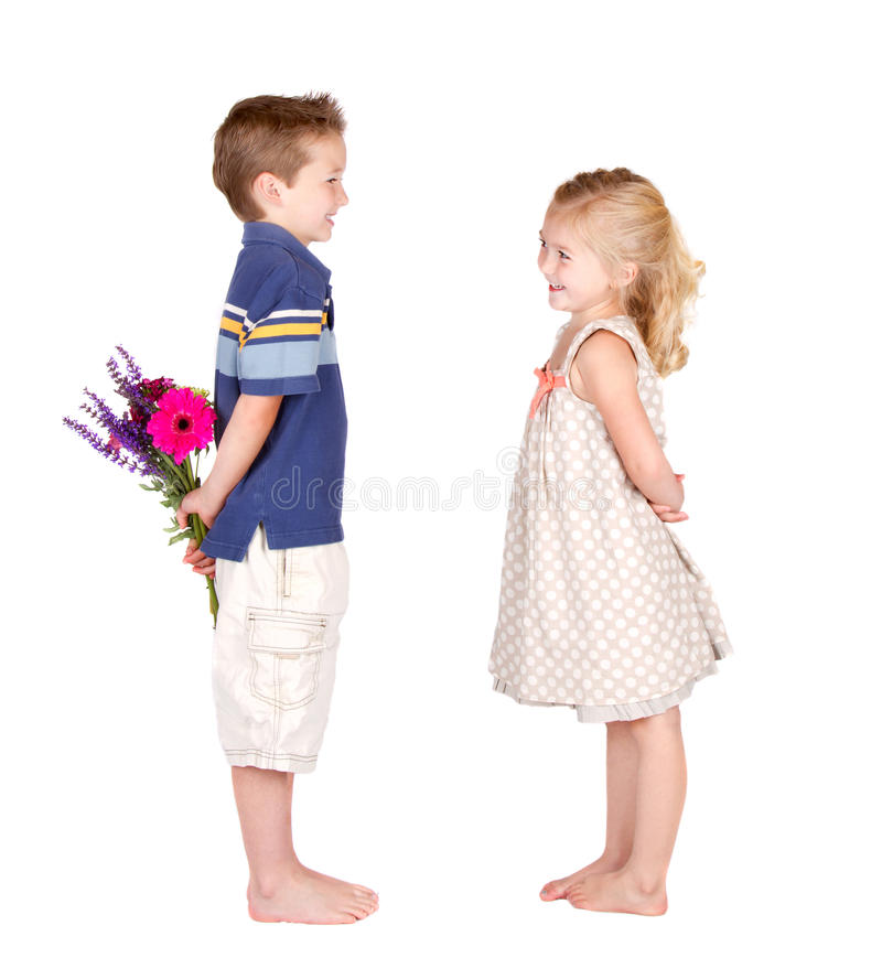 Un ragazzo e una ragazza con i fiori fotografia stock libera da diritti