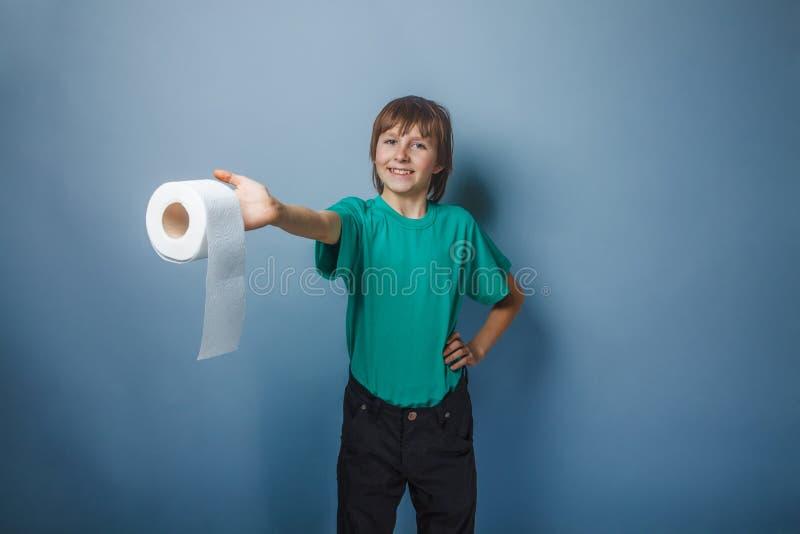 un ragazzo Europeo di aspetto di dieci anni con la toilette immagini stock libere da diritti