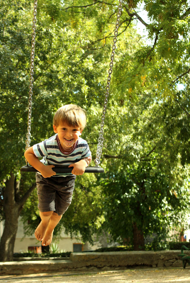 Un ragazzo felice su un'oscillazione 5 fotografia stock