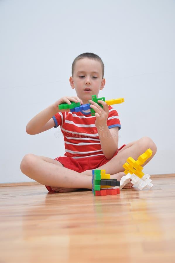 Un ragazzo gioca con i cubi fotografia stock libera da diritti