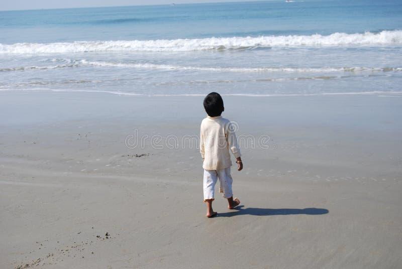 Un ragazzo indiano sulla spiaggia fotografie stock