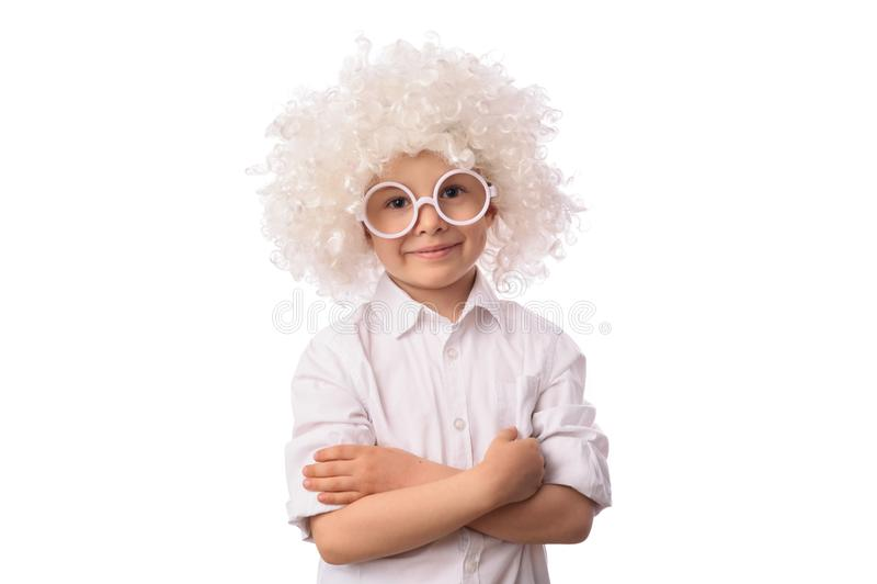 Un ragazzo sveglio e divertente nel bianco del pagliaccio e vetri su fondo bianco fotografie stock libere da diritti
