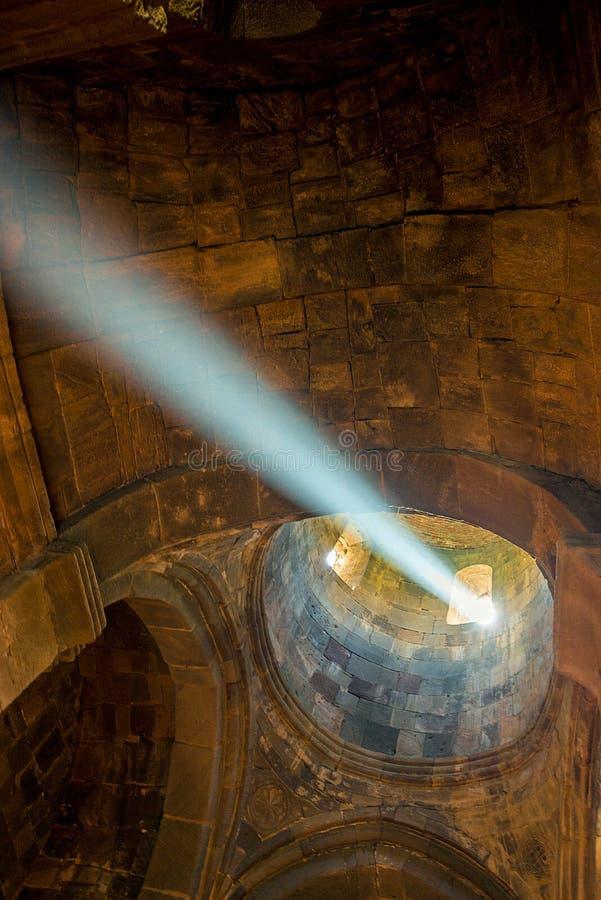 Un raggio di luce nei passaggi del tempio attraverso una finestra fotografie stock libere da diritti