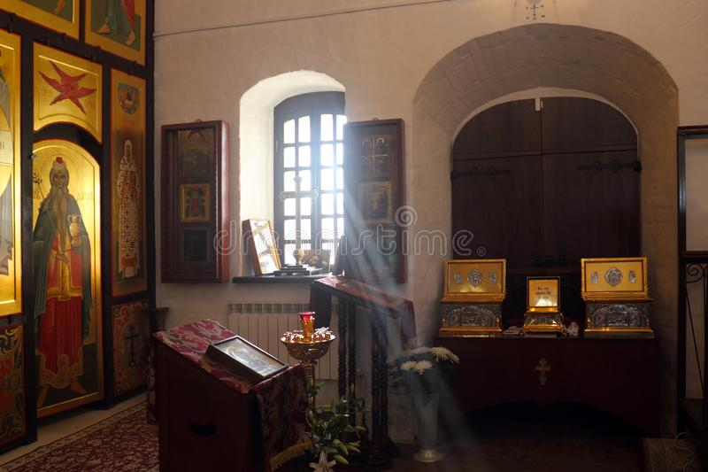 Un raggio di sole che cade dalla finestra nella chiesa ortodossa interna fotografia stock libera da diritti