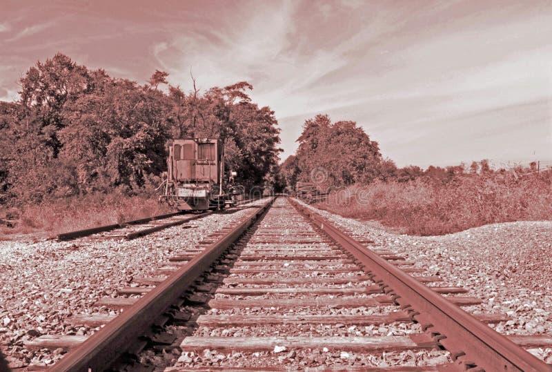 Un railcar solitario en las pistas de ferrocarril imagen de archivo libre de regalías