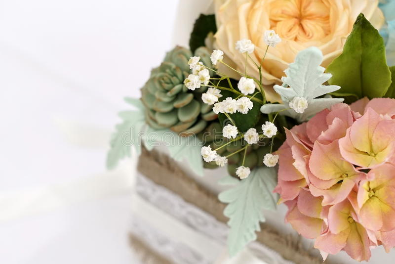 Un ramo de azúcar florece en una caja blanca de madera imagenes de archivo