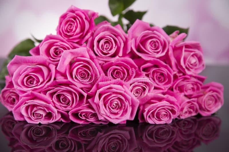 Un ramo de rosas rosadas en un fondo negro para un regalo de la tarjeta del día de San Valentín fotografía de archivo