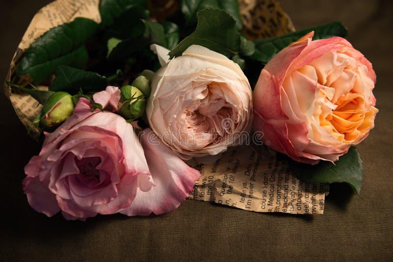 Un ramo delicado de pálido - rosas rosadas imagenes de archivo