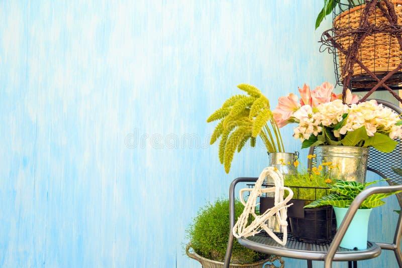 Un ramo hermoso de flores artificiales y de flores reales con fotos de archivo