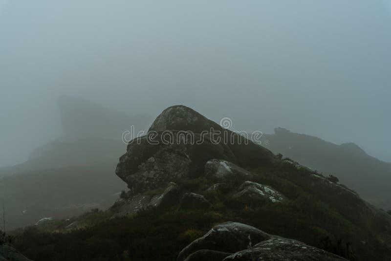 Un Ramshaw brumeux bascule le lever de soleil aux roches de Ramshaw en parc national de secteur maximal image stock