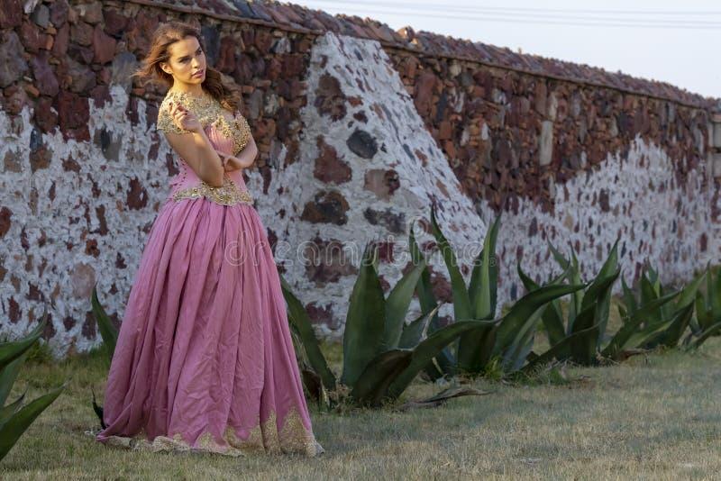 Un rancho mexicano moreno hisp?nico precioso de Poses Outdoors On A del modelo imágenes de archivo libres de regalías
