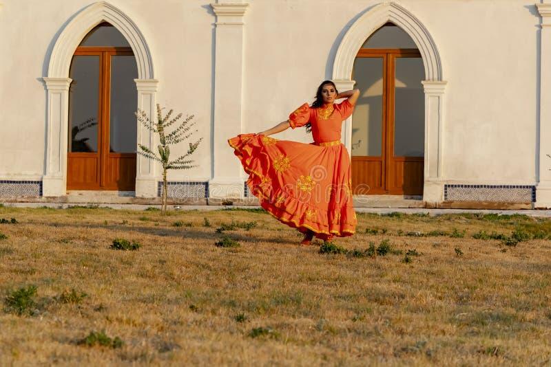 Un rancho mexicano moreno hisp?nico precioso de Poses Outdoors On A del modelo fotos de archivo
