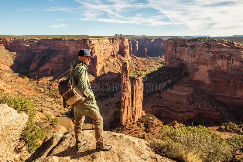 Un randonneur dans le monument national de Chelly de canyon photo stock