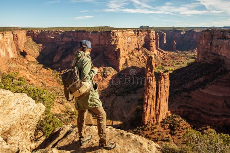 Un randonneur dans le monument national de Chelly de canyon photographie stock