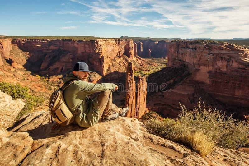 Un randonneur dans le monument national de Chelly de canyon photographie stock libre de droits