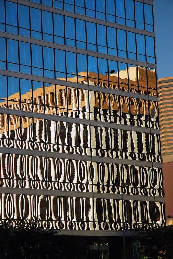 Un rascacielos de cristal y reflexiones urbanas imagenes de archivo
