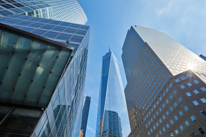 Un rascacielos del World Trade Center rodeado por los edificios de cristal en Nueva York fotografía de archivo libre de regalías