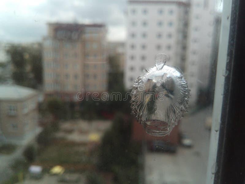 Un rastro de la bala sobre el vidrio fotos de archivo libres de regalías
