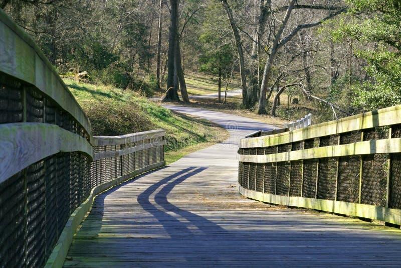 Un rastro de la verde-manera a lo largo del río de Neuse en Raleigh, Carolina del Norte fotos de archivo libres de regalías