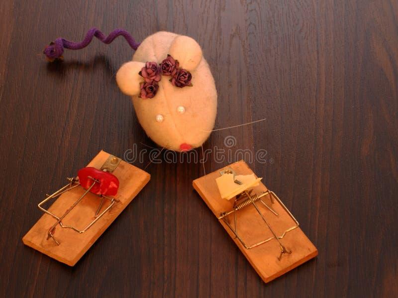 Un ratón del juguete y dos trampas fotografía de archivo libre de regalías