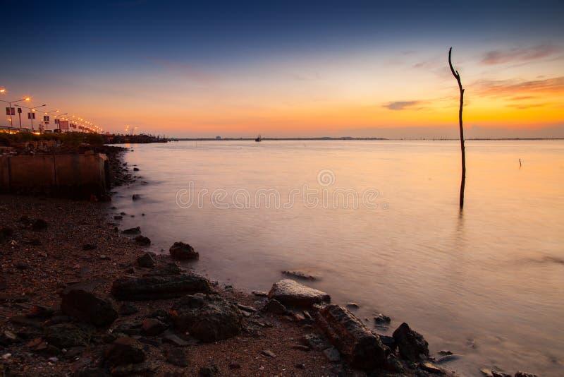Un rato crepuscular después de la puesta del sol en la playa foto de archivo