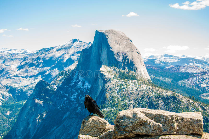 Un Raven& x27; vista di s di mezza cupola di Yosemite dal punto del ghiacciaio fotografie stock libere da diritti