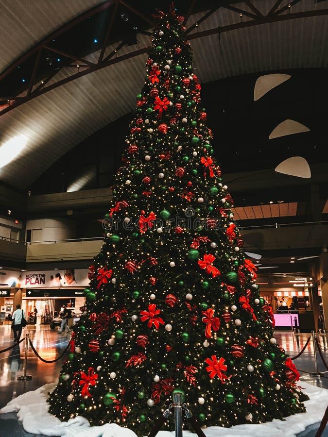 Un ?rbol de navidad maravillosamente adornado foto de archivo libre de regalías