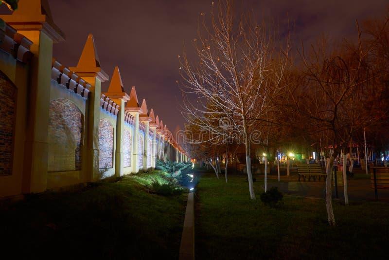 Un recinto di un parco di distrazione alla notte variopinta con le luci alla notte immagine stock