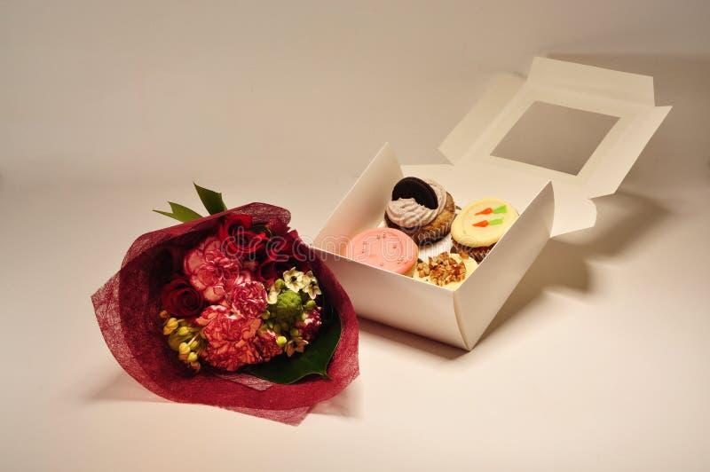 Un rect?ngulo de magdalenas con las flores imagenes de archivo