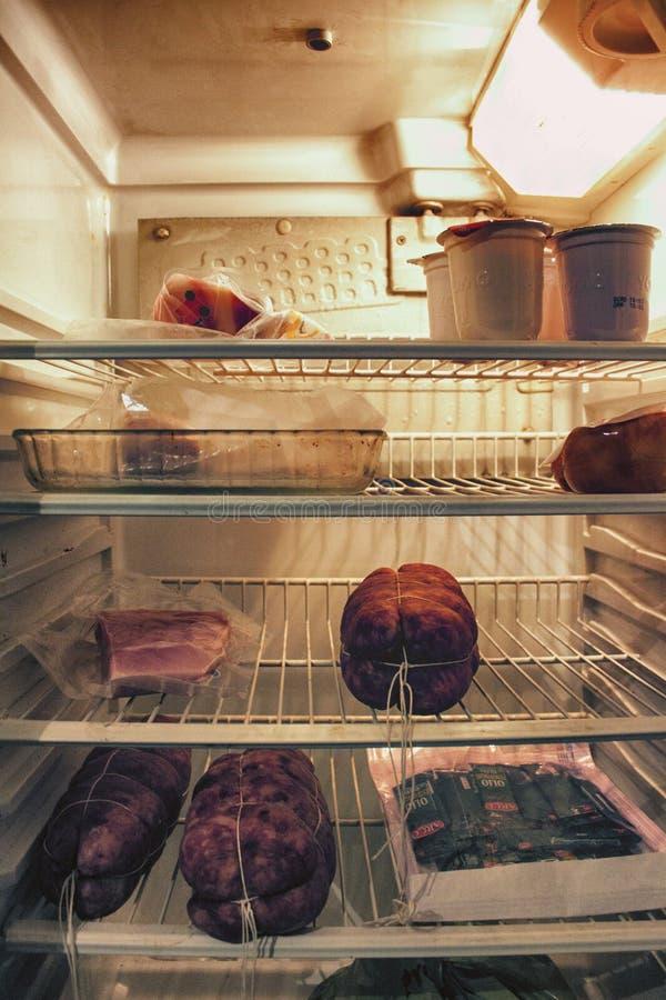 Un refrigerador con un poco de salami fotos de archivo libres de regalías
