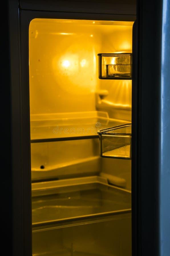 Un refrigerador vacío imagenes de archivo
