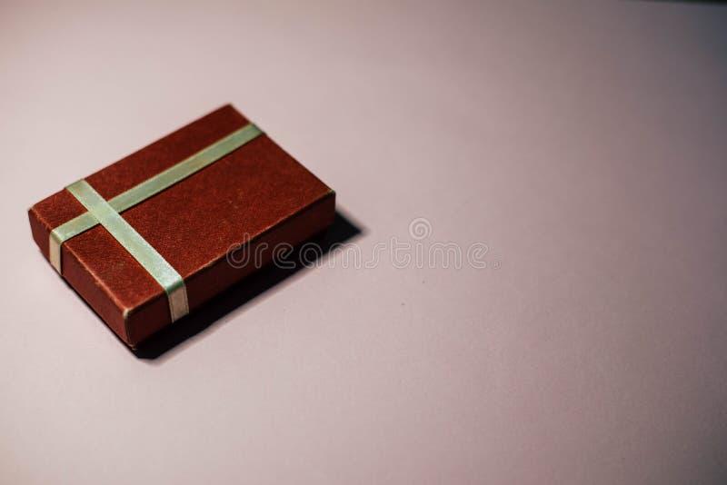Un regalo algo en una caja roja foto de archivo
