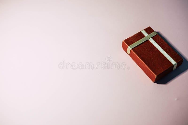 Un regalo algo en una caja roja imágenes de archivo libres de regalías