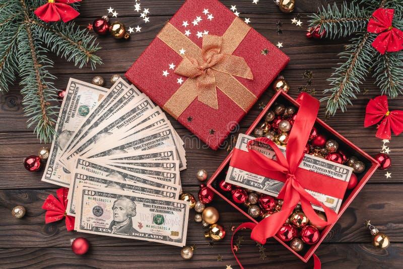 Un regalo de la Navidad, dinero, artículos de la Navidad, en un fondo de madera Visión superior imágenes de archivo libres de regalías