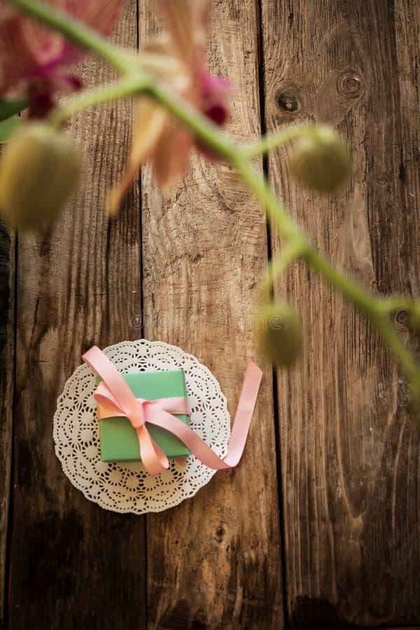 Un regalo en una servilleta blanca fotos de archivo libres de regalías