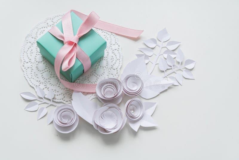 Un regalo en una servilleta blanca foto de archivo