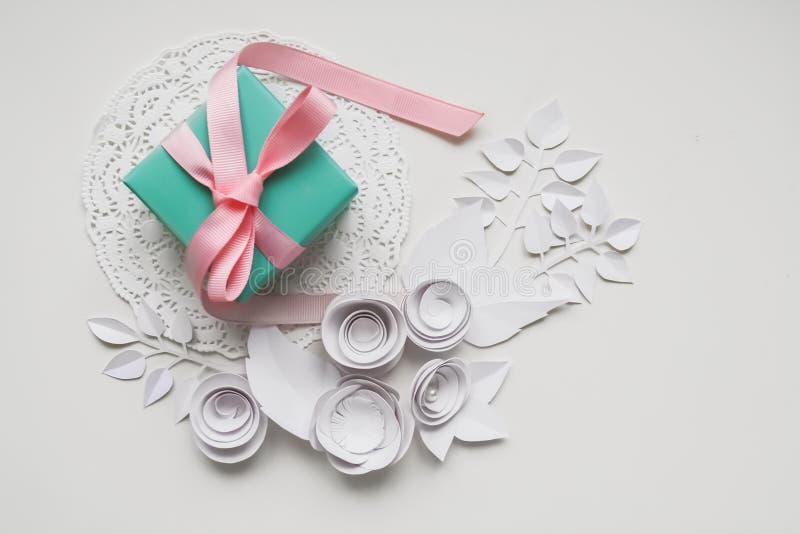 Un regalo en una servilleta blanca foto de archivo libre de regalías
