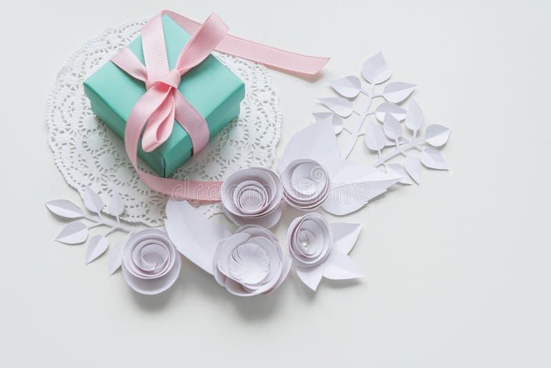 Un regalo en una servilleta blanca fotografía de archivo
