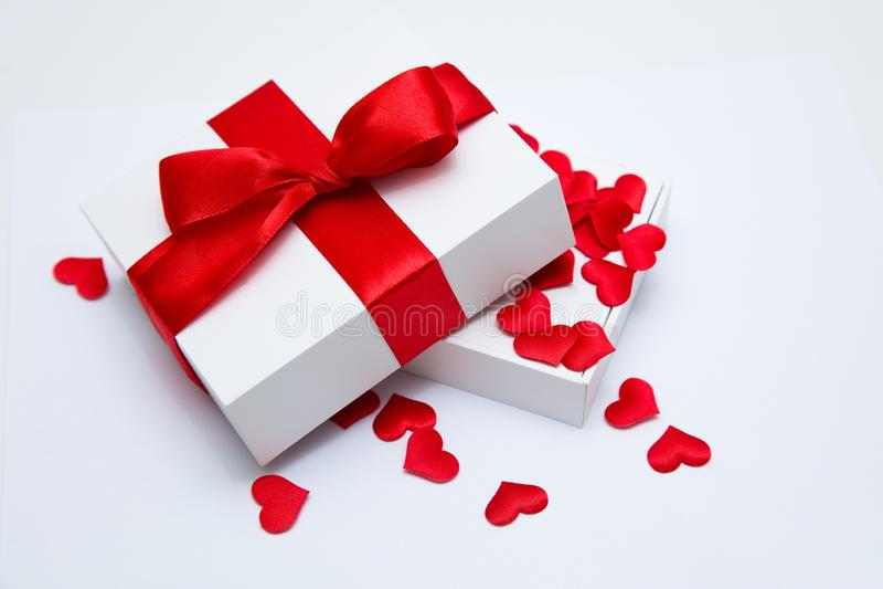 Un regalo il giorno del ` s del biglietto di S. Valentino valentine fotografia stock