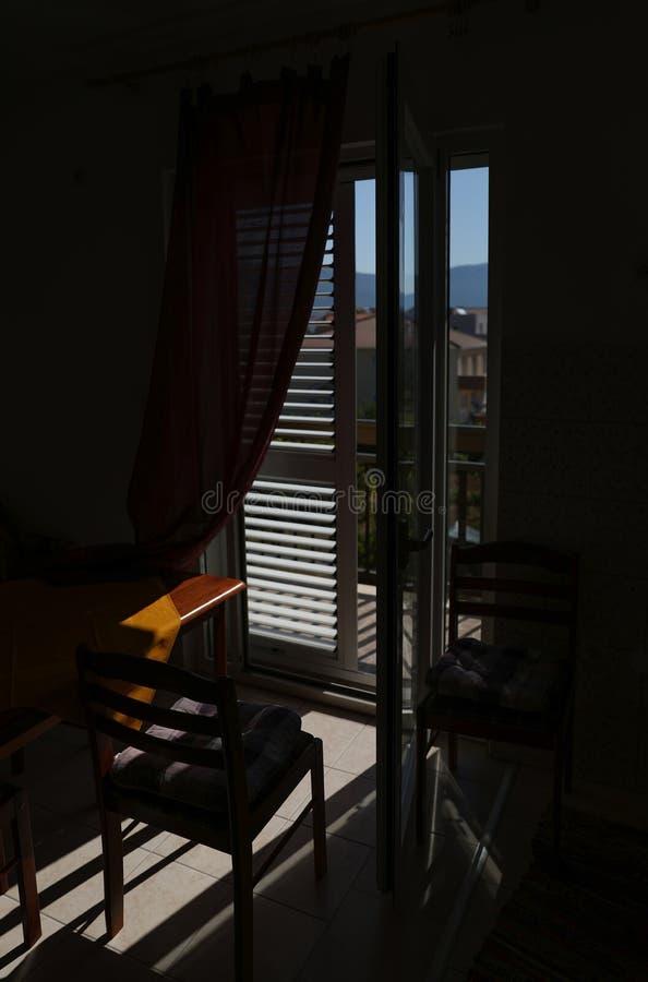 Un regard d'été d'à l'envers d'un appartement ensoleillé en Croatie Refroidissez et détendez en regardant les montagnes images stock