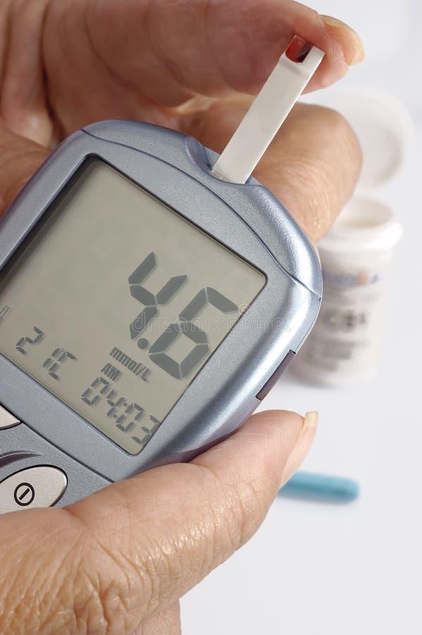 Un relevé diabétique un moniteur de niveau de glucose image libre de droits