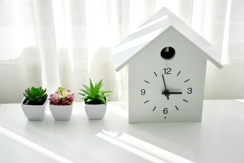 Un reloj blanco en la oficina fotografía de archivo libre de regalías