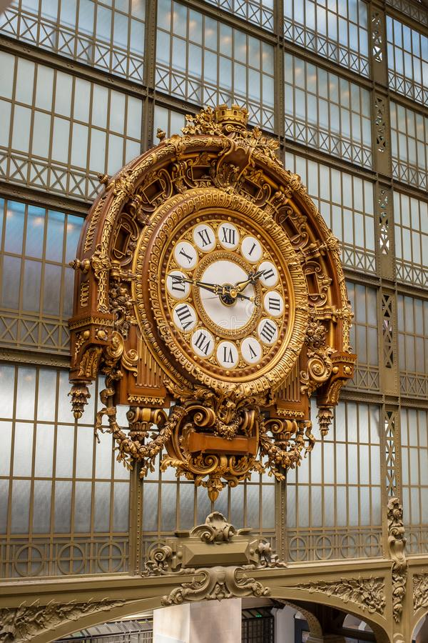 Un reloj de oro adornado hermoso pasa por alto el gran pasillo del Musée D 'Orsay, una estación de ferrocarril anterior, en Parí imagen de archivo