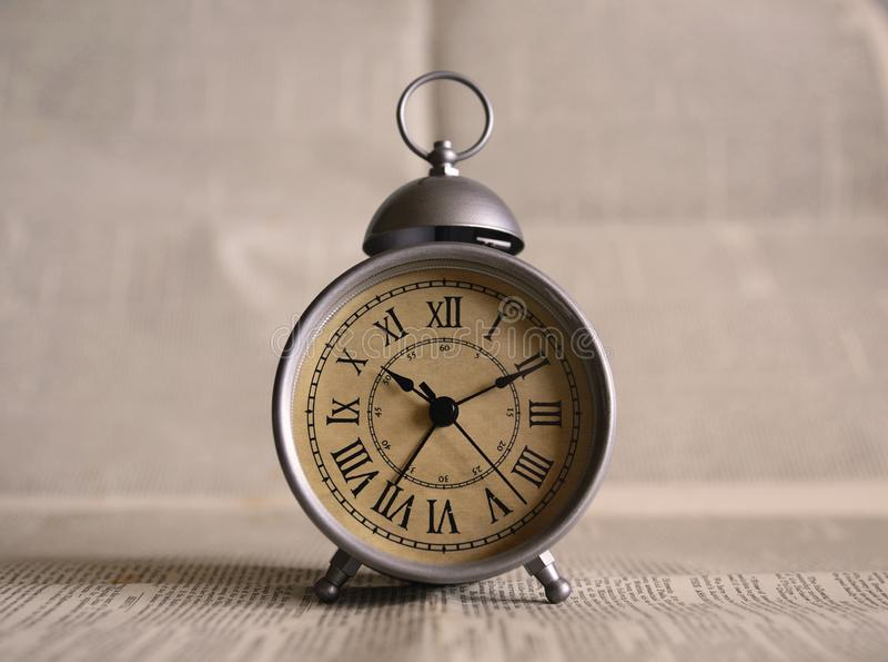 Un reloj viejo en una tabla imagen de archivo