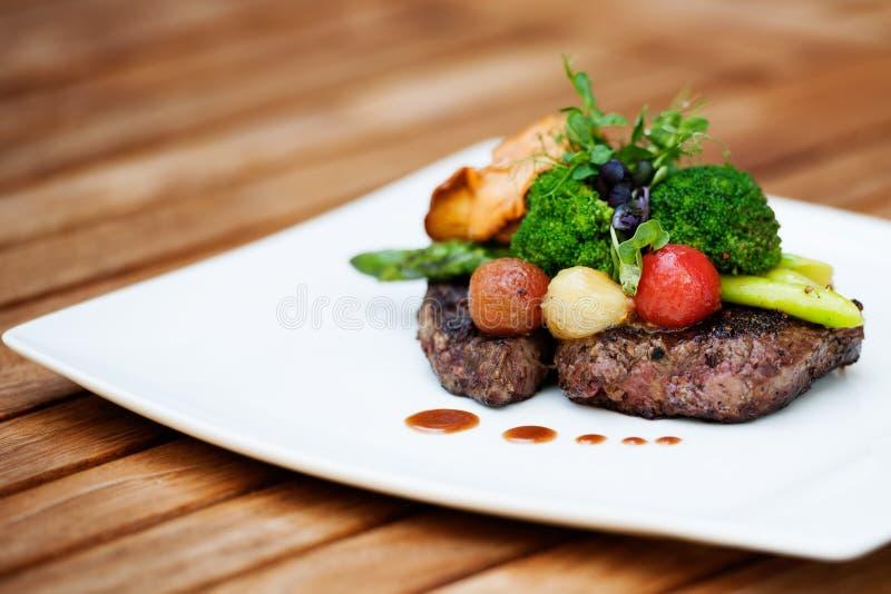 Un repas délicieux - noir Angus de bifteck de Ribeye avec l'asperge photos libres de droits