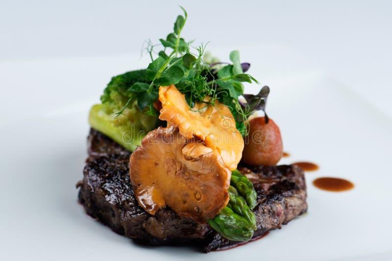 Un repas délicieux - noir Angus de bifteck de Ribeye avec l'asperge photo stock