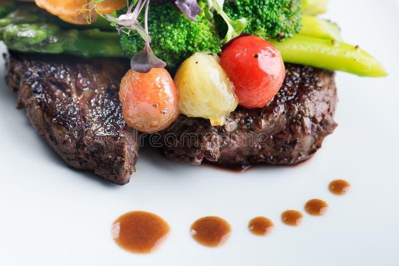 Un repas délicieux - noir Angus de bifteck de Ribeye avec l'asperge photographie stock libre de droits