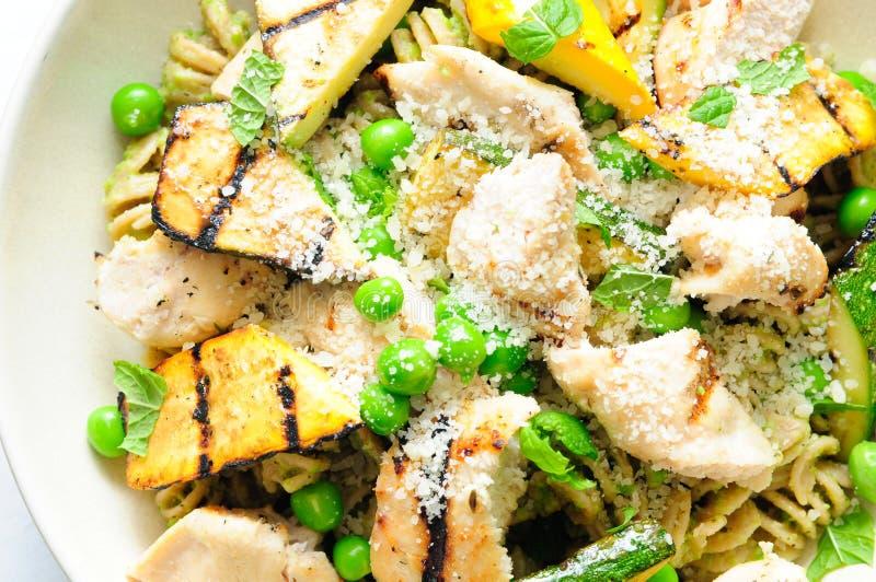 Un repas sain de coeur des pâtes de pesto de pois avec le poulet et grillées photographie stock libre de droits