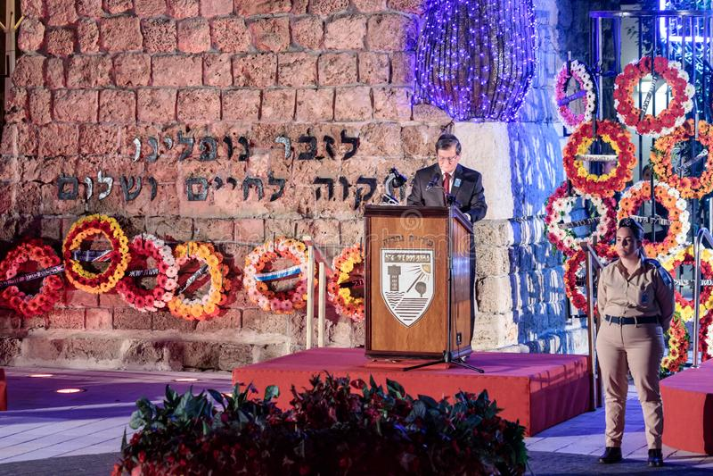 Un representante de los ciudadanos pronunciar un discurso en honor de los que caído en la ceremonia en el sitio conmemorativo al  fotografía de archivo