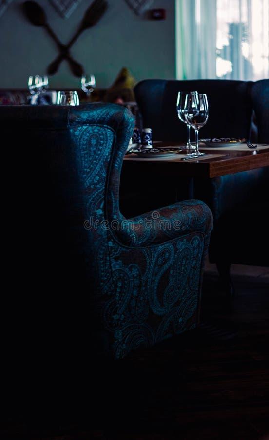 Un restaurant classique avec le fauteuil bleu de cru illustration de vecteur